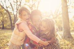 拥抱在公园 开玩笑本质 库存照片