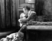 拥抱在卧室的夫妇(所有人被描述不更长生存,并且庄园不存在 供应商保单那里 免版税库存图片