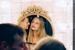 拥抱在卫生间镜子的爱恋的夫妇 生活方式结合彼此相爱 免版税图库摄影