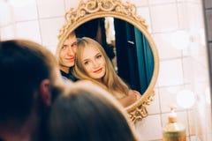 拥抱在卫生间镜子的爱恋的夫妇 生活方式结合彼此相爱 库存图片