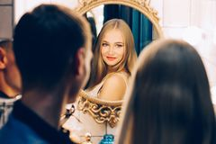 拥抱在卫生间镜子的爱恋的夫妇 生活方式结合彼此相爱 图库摄影