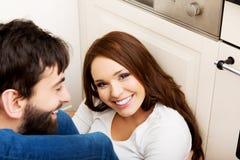 拥抱在厨房里的浪漫夫妇 库存图片