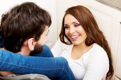 拥抱在厨房里的浪漫夫妇 免版税库存图片