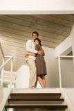 拥抱在台阶顶部的夫妇 库存照片