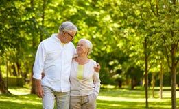 拥抱在城市公园的愉快的资深夫妇 库存照片