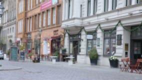 拥抱在城市的愉快的夫妇 影视素材