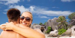 拥抱在夏天海滩的愉快的夫妇 库存图片