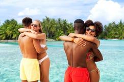 拥抱在夏天海滩的愉快的朋友或夫妇 图库摄影