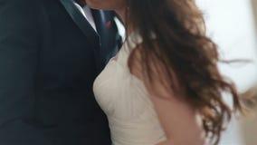 拥抱在婚礼之日的beayutiful婚礼夫妇特写镜头  年轻俏丽的女孩拥抱可爱的英俊的人 影视素材