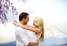 拥抱在富士山的愉快的夫妇在日本 免版税库存图片