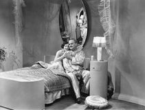 拥抱在床上的丈夫和妻子(所有人被描述不更长生存,并且庄园不存在 供应商保单t 免版税库存照片