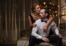 拥抱在床上的热情的爱恋的夫妇 免版税图库摄影