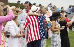 拥抱在弗吉尼亚金杯赛的夫妇 库存图片