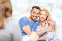 拥抱在心理学家办公室的年轻夫妇 库存照片
