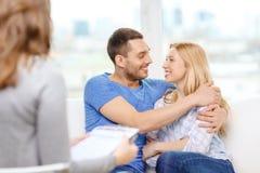 拥抱在心理学家办公室的年轻夫妇 图库摄影