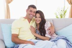 拥抱在房子里的浪漫夫妇 免版税库存照片