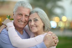 拥抱在手段的夫妇 免版税库存照片