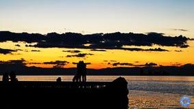 拥抱在日落期间的夫妇 免版税图库摄影