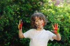 拥抱在日落的愉快的年轻男孩 免版税图库摄影