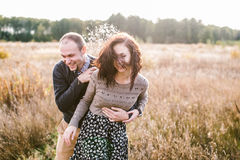 拥抱在日落的年轻夫妇 免版税库存图片