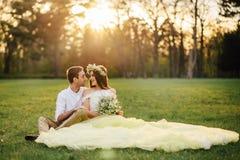 拥抱在春天的一对爱恋的夫妇停放 图库摄影