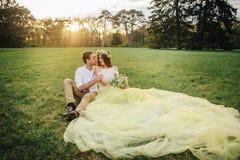 拥抱在春天的一对爱恋的夫妇停放 库存图片