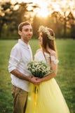 拥抱在春天的一对爱恋的夫妇停放 免版税图库摄影