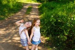 拥抱在森林里的两个小女孩女朋友 库存照片