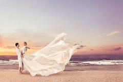 拥抱在海滩的愉快的夫妇 免版税库存照片