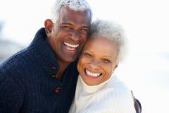 拥抱在海滩的浪漫高级夫妇 免版税库存图片