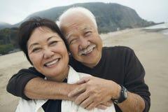 拥抱在海滩的夫妇的特写镜头 免版税图库摄影