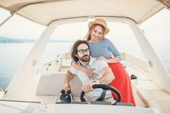 拥抱在游艇的年轻美好的已婚夫妇在度假 库存图片