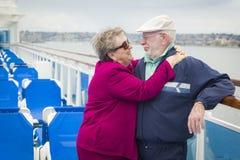 拥抱在游轮的甲板的浪漫资深夫妇 库存照片