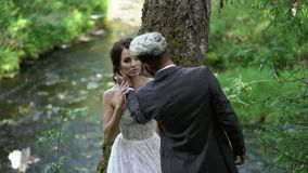 拥抱在瀑布附近的年轻夫妇 影视素材