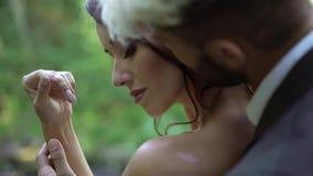 拥抱在瀑布附近的年轻夫妇 股票录像