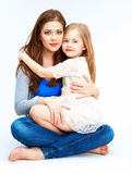 拥抱在白色背景和女儿隔绝的母亲 库存图片