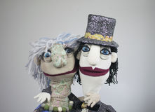 拥抱在白色背景的两个木偶画象 免版税图库摄影