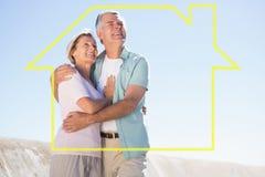 拥抱在码头的愉快的资深夫妇的综合图象 免版税库存照片