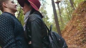 拥抱在秋天公园的愉快的夫妇 股票录像
