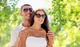 拥抱在绿色自然本底的愉快的夫妇 库存图片