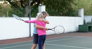 拥抱在网球场4k的资深夫妇 股票录像