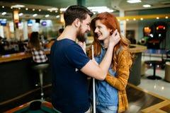 拥抱在落袋撞球酒吧的夫妇 免版税库存照片