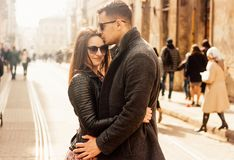 拥抱在街道的可爱的年轻夫妇 图库摄影