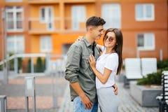 拥抱在街道的暑假、爱、旅行、旅游业、关系和约会概念浪漫愉快的夫妇 库存图片