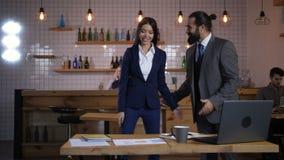 拥抱在见面期间的企业同事 股票录像