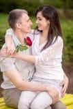 拥抱在长凳的夫妇 免版税库存图片