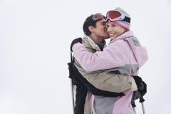拥抱在雪的夫妇 免版税库存照片