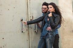 拥抱在风的年轻偶然夫妇 免版税库存照片