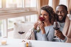 拥抱在餐馆的高兴非裔美国人的夫妇 图库摄影
