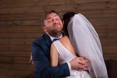 拥抱在结婚提议以后的愉快的新婚佳偶 免版税库存照片